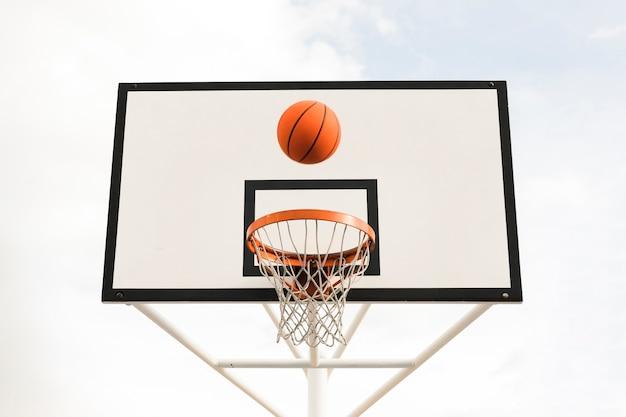 Niedriger winkel des basketballkorbs