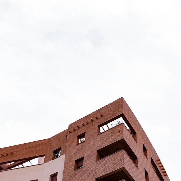 Niedriger winkel des betongebäudes in der stadt mit kopierraum