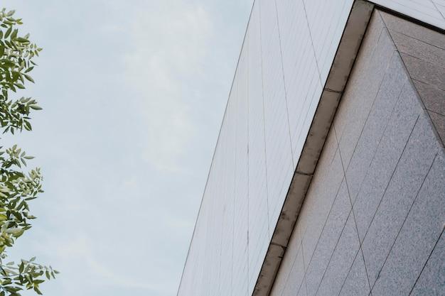 Niedriger winkel des betongebäudes in der stadt Kostenlose Fotos