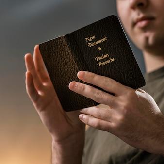 Niedriger winkel des mannes, der die bibel liest