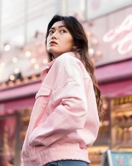 Niedriger winkel des schönen mädchens in japan