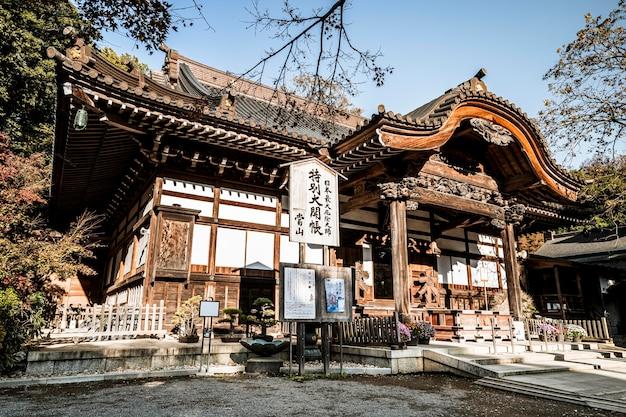 Niedriger winkel des traditionellen japanischen holztempels