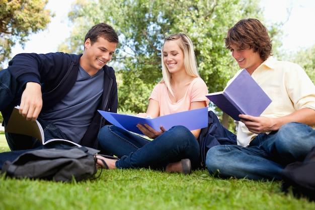 Niedriger winkelblick von drei studenten in einem park
