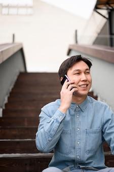 Niedriger winkelmann, der über telefon spricht