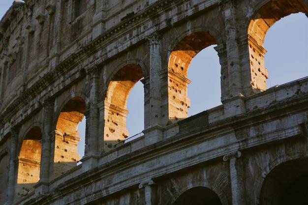 Niedriger winkelschuss der nahaufnahme der römischen kolosseumarchitektur