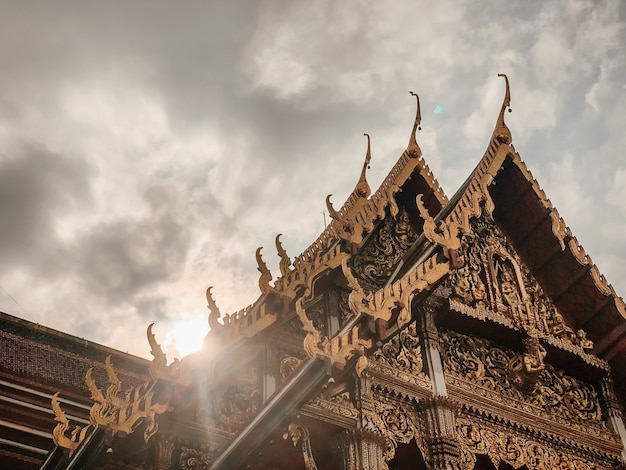 Niedriger winkelschuss des schönen entwurfs eines tempels in bangkok, thailand