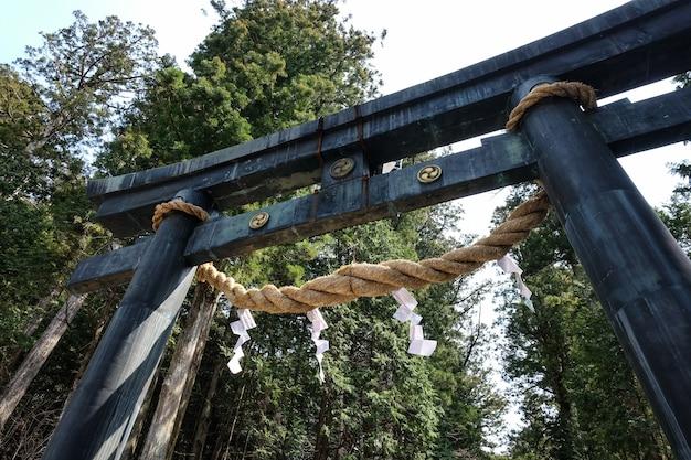 Niedriger winkelschuss eines alten architektonischen entwurfs eines eingangstors des meiji-jingu-schreins