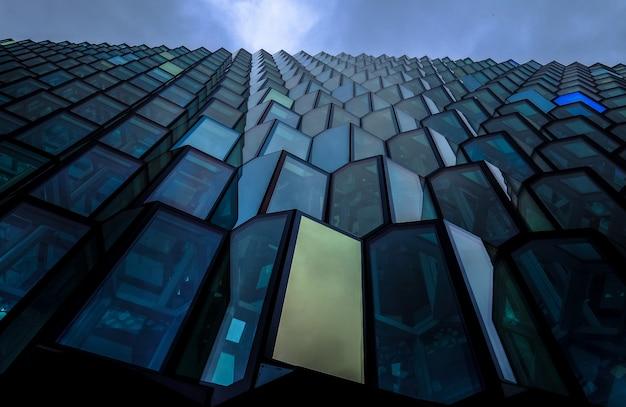 Niedriger winkelschuss eines blauen brutalistischen hochhaus-architekturgebäudes