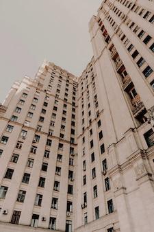Niedriger winkelschuss eines hohen steingeschäftsgebäudes