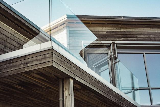 Niedriger winkelschuss eines modernen holzhauses mit glasterrassenrändern