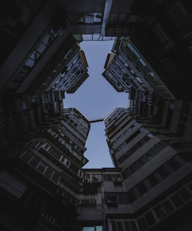 Niedriger winkelschuss von hohen wohngebäuden unter dem dunklen himmel