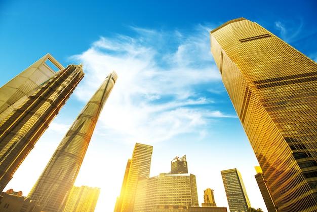 Niedrigere wolkenkratzer oben schauen, shanghai-stadt