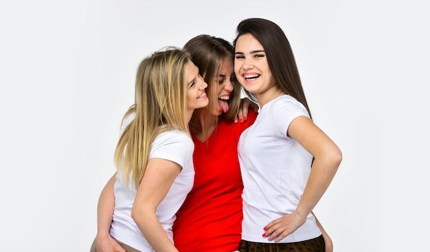 Niemals langweilig. konzept der schwesternschaft. positive modelle, die spaß haben. glücklich umarmende mädchen. schönheit und mode. familie und liebe drei frauen. sexy unbeschwerte frauen. weibliche freundschaft und beziehungen.