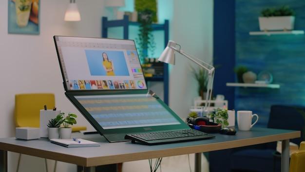 Niemand am schreibtisch mit retuschiersoftware auf dem computer