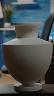 Niemand im kreativstudio mit künstlerischer ausrüstung. leerer werkstattraum gefüllt mit zeichnungen, vase, weißer leinwand, kunstwerkzeugen und bleistiften für professionelle künstler. kreativitätsraum im innenbereich