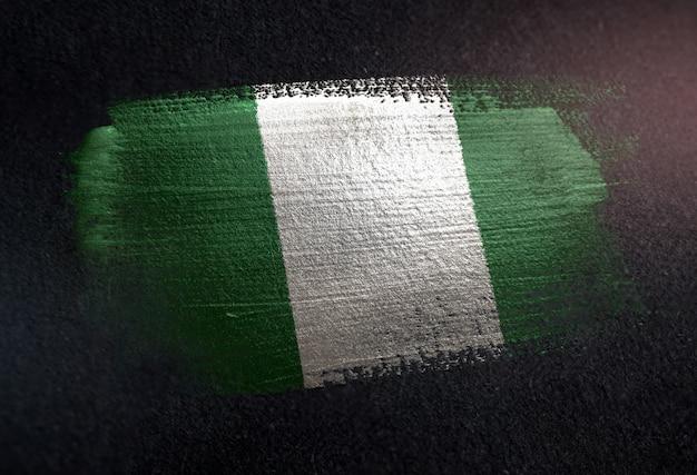 Nigeria-flagge gemacht von der metallischen bürsten-farbe auf dunkler wand des schmutzes