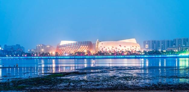 Nightscape-skyline der städtischen architektur entlang der qingdao-küstenlinie