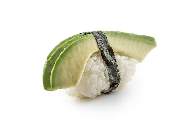 Nigiri-sushi mit avocado isoliert auf weißem hintergrund.