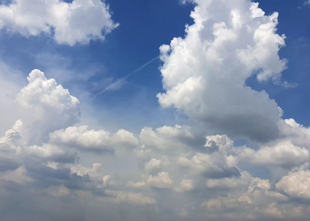 Nimbuswolken in den himmelshintergründen