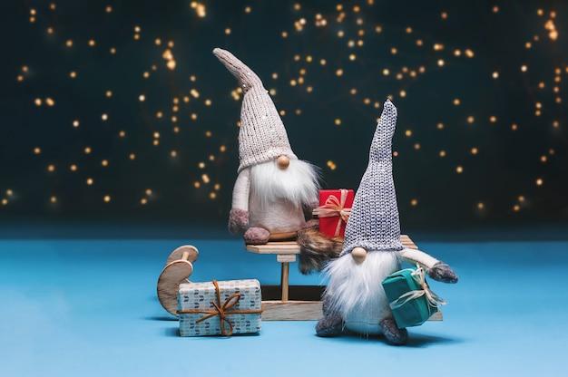 Nisser in norwegen und dänemark, tomtar in schweden oder tonttu in finnisch, skandinavische volkselfen, nördliches weihnachtsmotiv. Premium Fotos