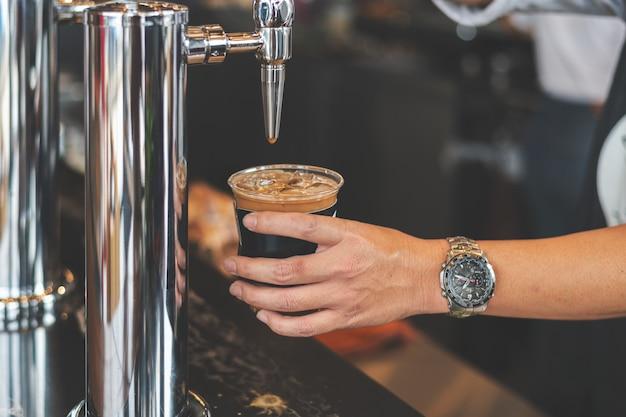 Nitro-kaffee in der tasse