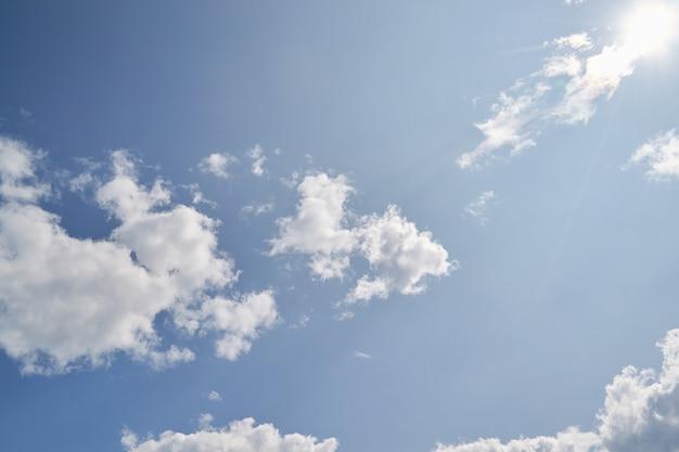 Nizza blauen himmel oben betrachten. schönes sommerwetter und große wolken