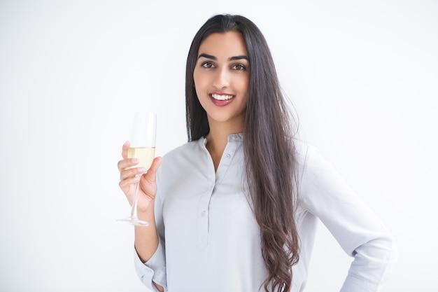 Nizza langhaarige indische frau mit einem glas wein