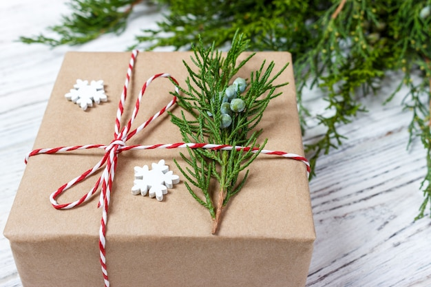 Noble weihnachtsgeschenkboxgeschenke auf braunem papier