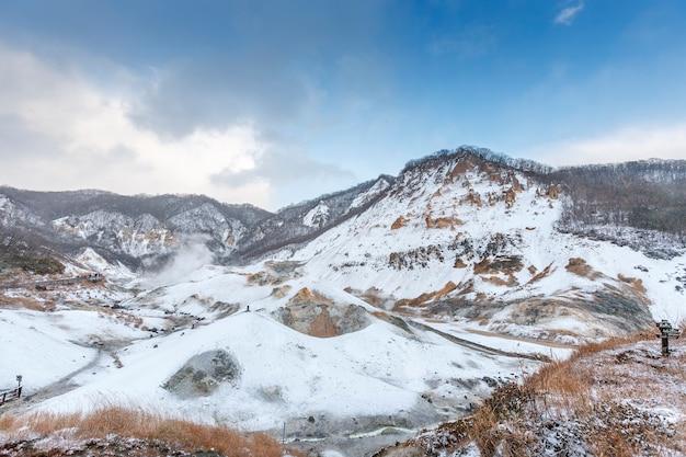 Noboribetsu jigokudani, hokkaido, japan in der wintersaison mit dem strahlend blauen himmel