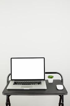 Noch leben des laptops auf schreibtisch