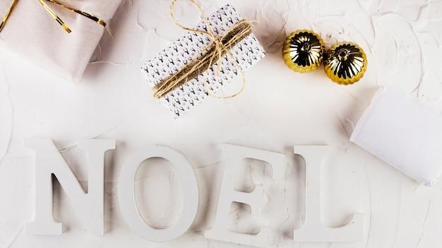 Noel-inschrift mit geschenkboxen