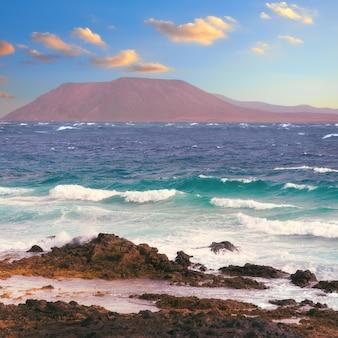 Nördliches fuerteventura: corralejo flag beach mit isla de lobos und lanzarote über dem wasser