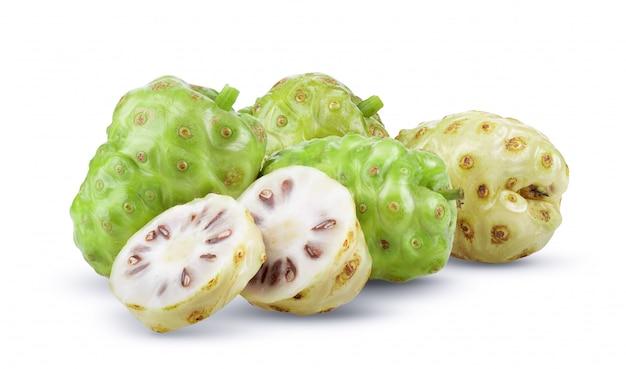 Noni frucht auf weiß