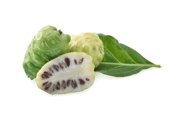 Noni-frucht auf weißem hintergrund