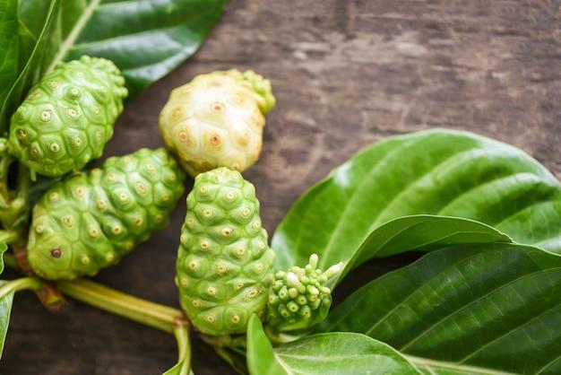 Noni-frucht - frisch reifes und rohes noni-blatt, great morinda oder morinda citrifolia