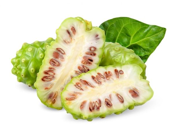Noni frucht getrennt auf weißem ausschnittspfad