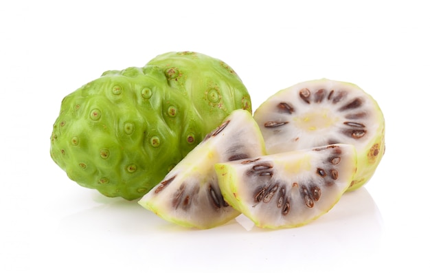 Noni frucht isoliert