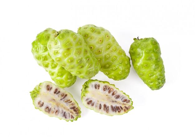 Noni-frucht mit blatt auf weißem hintergrund. draufsicht