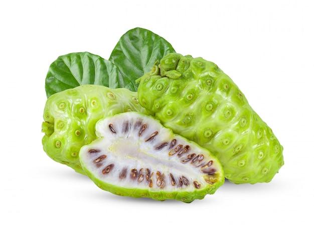Noni-frucht mit blatt auf weißem hintergrund. volle schärfentiefe
