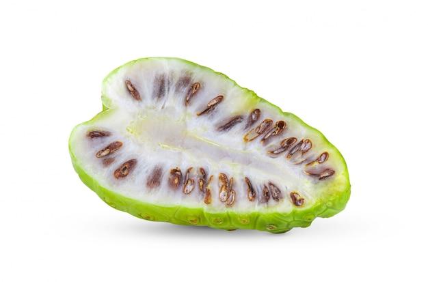 Noni-frucht mit blatt auf weißem hintergrund