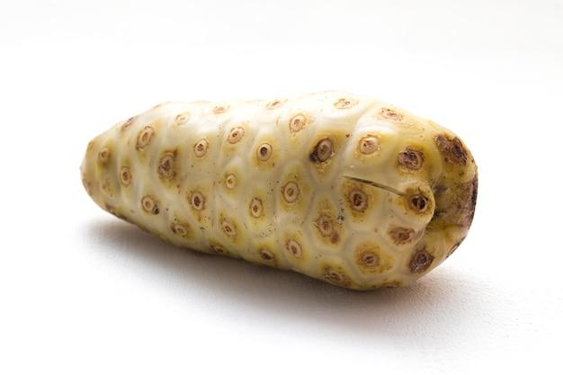 Noni morinda citrifolia früchte auf weiß isoliert