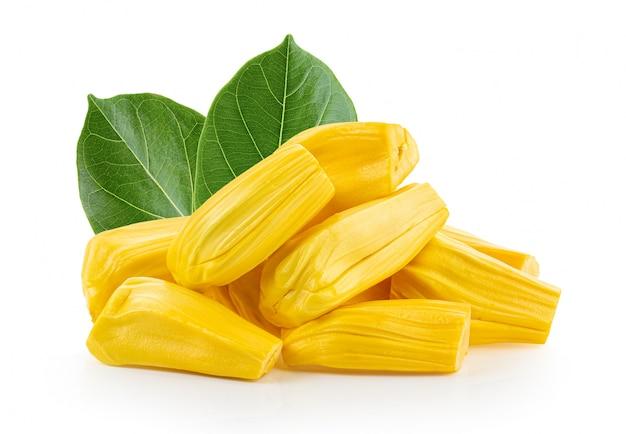 Noni- oder morinda citrifolia-früchte mit halb geschnittenen weißen wänden