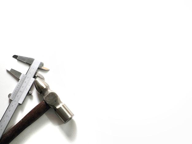 Nonius und hammer in einem weißen hintergrund.