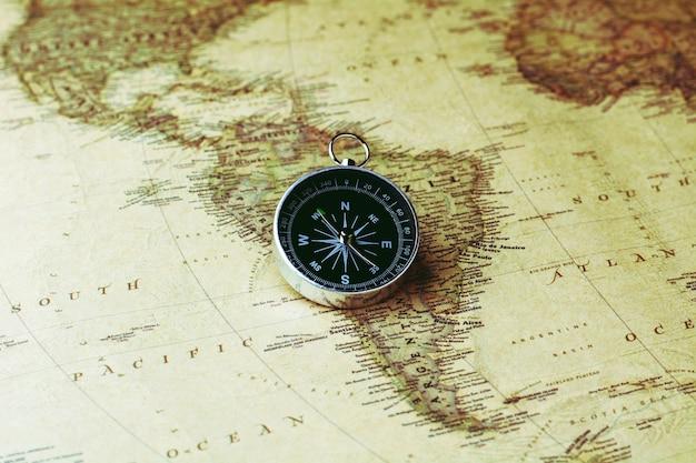 Nonthaburi, thailand - 13. juli 2018: alter kompass auf antiker karte. - vintage hintergrund stil.