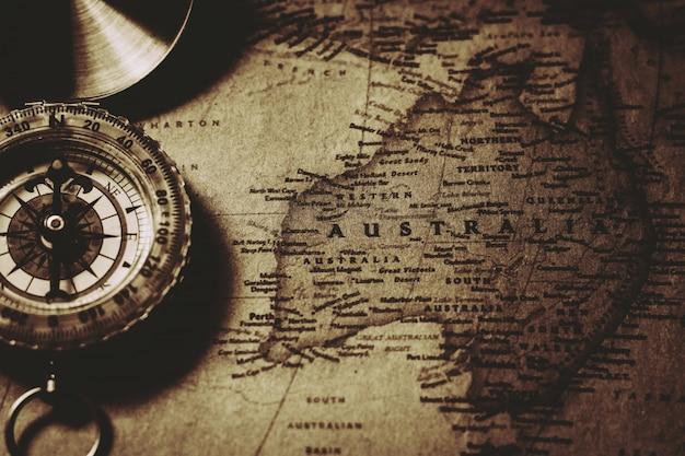 Nonthaburi, thailand - 18. juli 2018: antiker kompass an der alten australien-karte.
