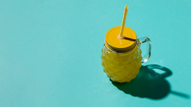 Noppenglas mit gelbem deckel und strohhalm