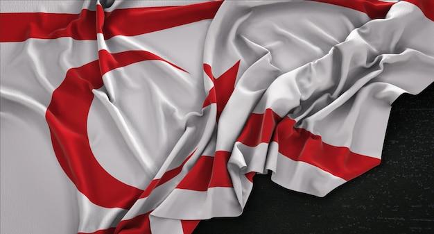 Nord-zypern-flagge geknickt auf dunklem hintergrund 3d render
