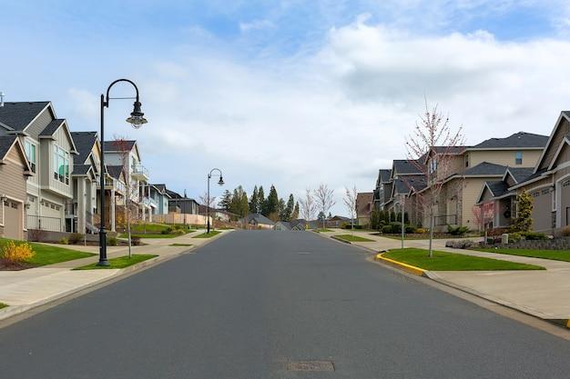 Nordamerikanische vorstadthäuser in glücklichem tal, oregon