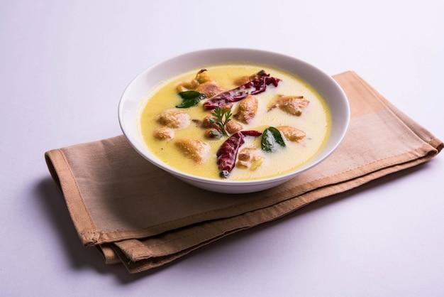 Nordindiens beliebtes essen kadhi pakoda oder pakora mit laccha paratha oder roti und gekochtem basmatireis