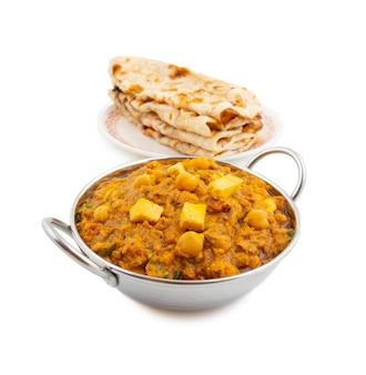 Nordindischer gesunder küche chole paneer auf weißem hintergrund
